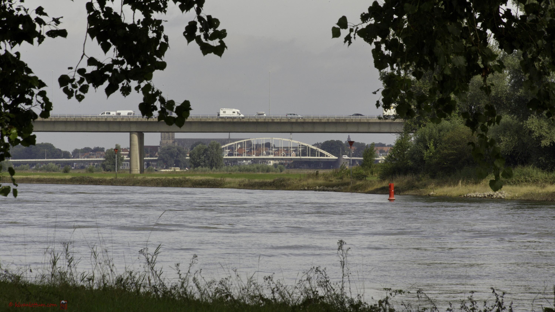 Oud onder nieuw - IJssel bruggen gezien vanaf Wilp